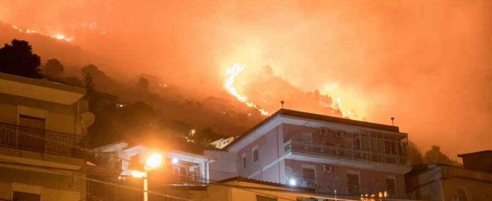Incendi: notte di paura a Palermo e Scopello, roghi domati all'alba