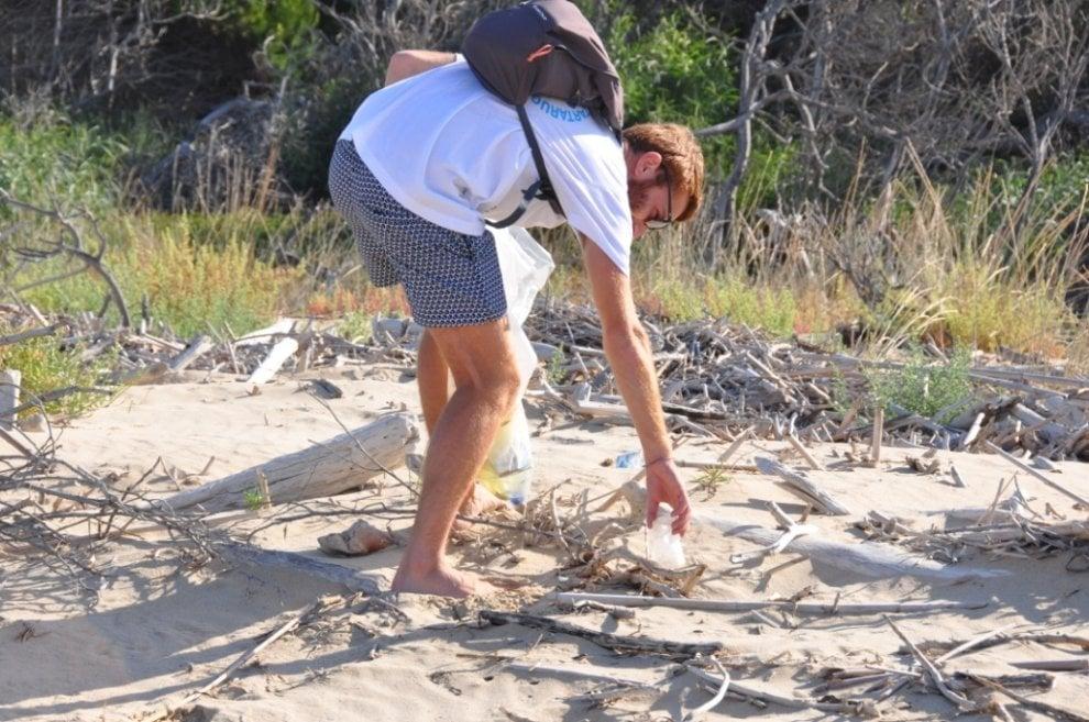 Ribera, i volontari del Wwf ripuliscono la foce del fiume Platani