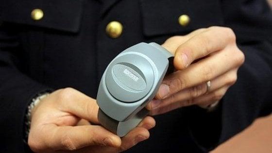 Trapani, braccialetto elettronico a due uomini accusati di stalking