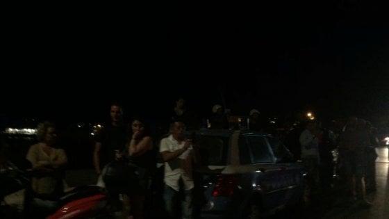 Lampedusa, nuovo sbarco a mezzanotte. I migranti diventano l'attrazione per i turisti