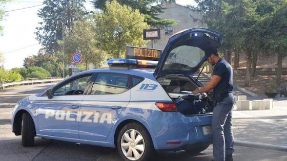 Ladri di zaini in spiaggia a Mondello, arrestati dopo un inseguimento