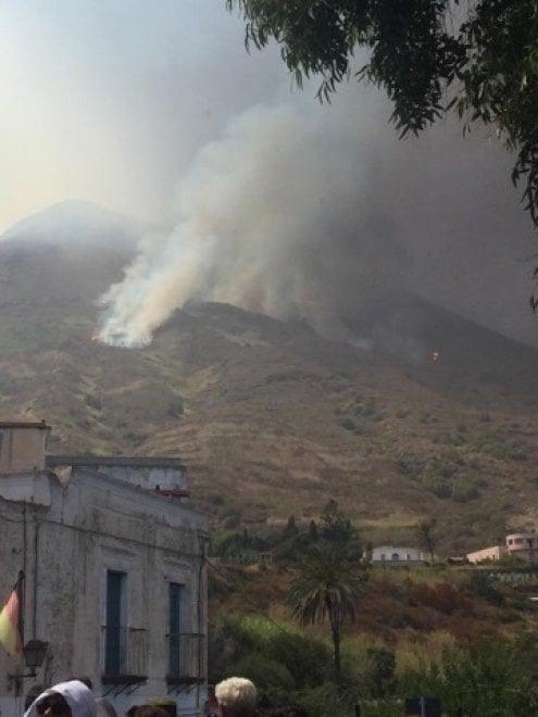 Nuova eruzione Stromboli, colonna fumo visibile da chilometri