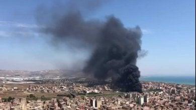 Foto  Licata, nube nera  per l'incendio all'ex macello