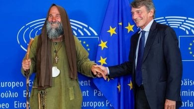 Biagio Conte arriva a Strasburgo  e consegna la sua lettera sui migranti