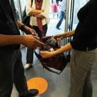 Arrestata per furto fa commuovere gli agenti che le donano scarpette e vestitini