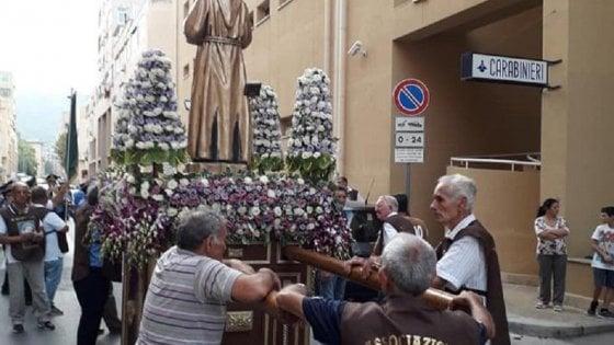 Palermo, la processione si ferma davanti alla caserma dei carabinieri allo Zen e fa un inchino