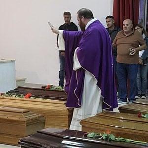 """Lampedusa, funerali dei migranti morti. L'atto d'accusa del parroco: """"Siamo tutti responsabili"""""""