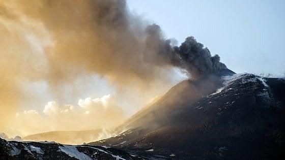 Catania, l'Etna erutta cenere. Chiusa una parte dello spazio aereo