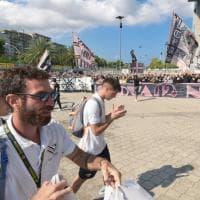 Palermo, duecento tifosi salutano la squadra allo stadio