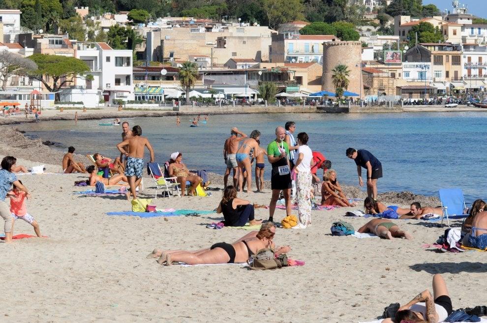 Palermo, appendice d'estate: a migliaia sulla spiaggia di Mondello, e qualcuno si tuffa