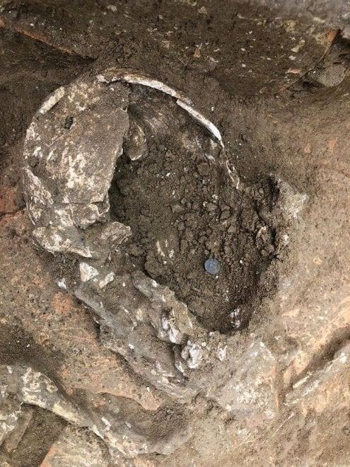 Gela, trovato uno scheletro con la moneta per pagare Caronte