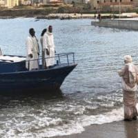 Palermo, la performance della Bam con lo sbarco di un Cristo migrante