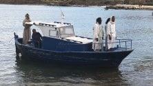 La performance di Bam    con lo sbarco    di un Cristo migrante