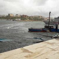 I barchini dei migranti vagano per il mare di Lampedusa