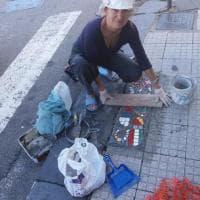 Messina, la donna che trasforma le buche in mosaici