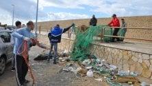 I volontari del Wwf  a San Leone  per la raccolta dei rifiuti