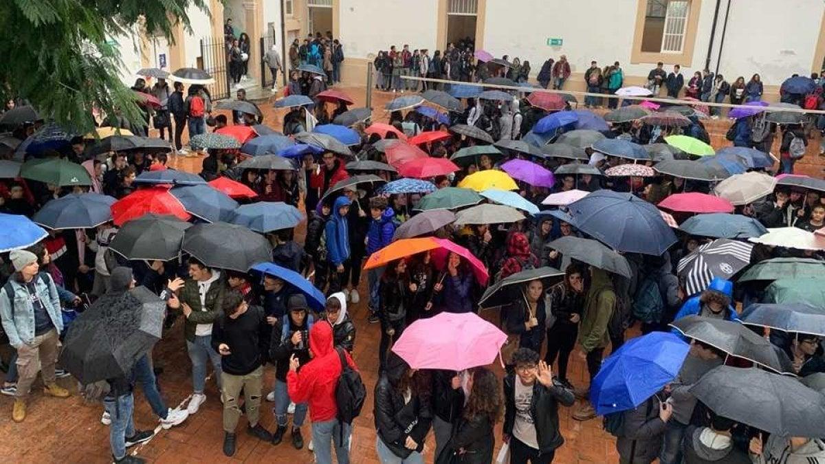 """Palermo, occupato il """"Croce"""": gli studenti protestano per le strutture fatiscenti - La Repubblica"""