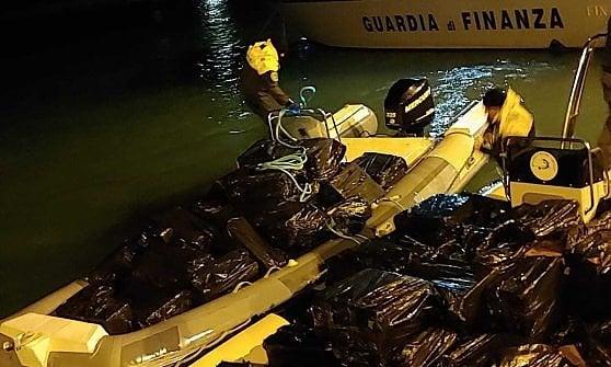 Canale di Sicilia, maxi inseguimento in mare: sequestrate 7 tonnellate di sigarette