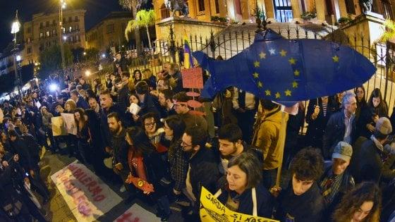 Le sardine invadono Palermo: cori e striscioni contro l'intolleranza