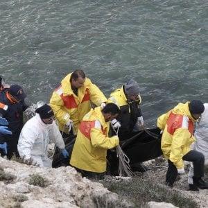 """Lampedusa, recuperati i corpi di cinque migranti. Il sindaco: """"Siamo soli a raccogliere morti"""""""