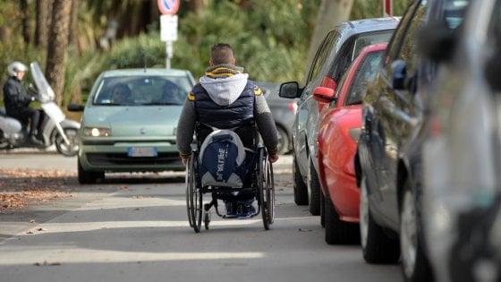 Oggi la giornata dei diritti dei disabili, flash mob davanti al Massimo: contro indifferenza e disservizi