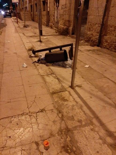 Palermo, cestini abbattuti e pista ciclabile invasa dalle auto nel quartiere Acquasanta
