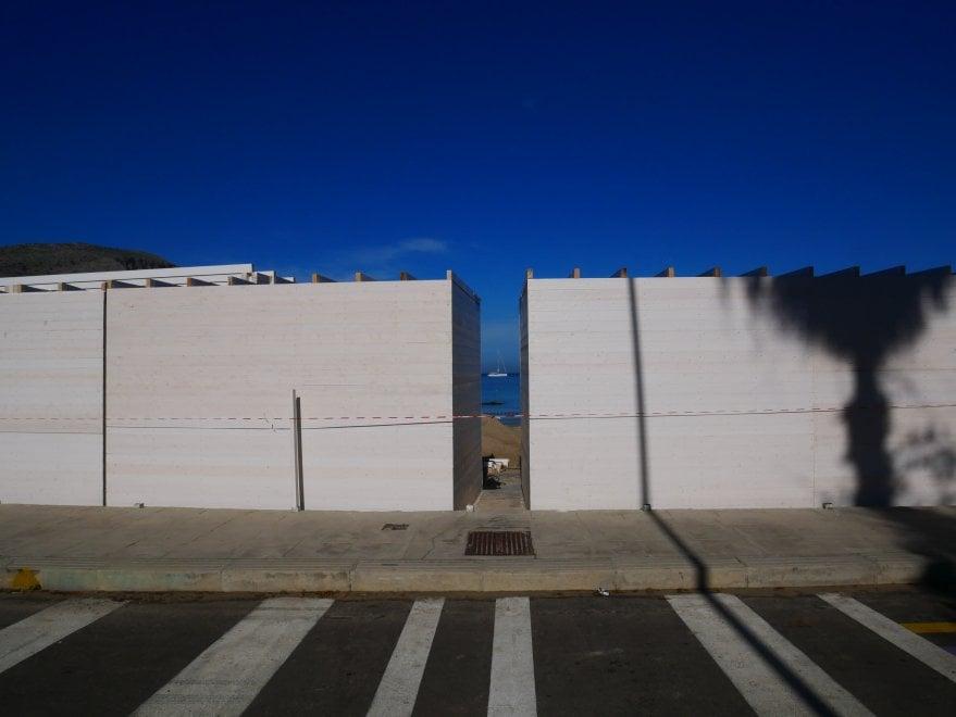 """Mondello, manifestazione contro il muro. L'impresa: """"La prossima settimana smonteremo tutto"""""""