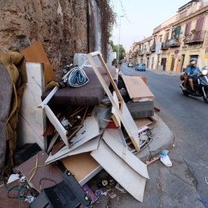 """Palermo, la Rap: """"Nessuna richiesta di ritiro ingombranti ai nostri uffici, ma la città è invasa"""""""