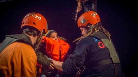 Approdata a Pozzallo la Alan Kurdi con 32 migranti salvati la notte di Natale