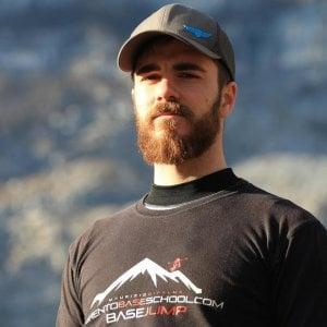 Caltanissetta, si lancia con tuta alare da viadotto: morto sportivo