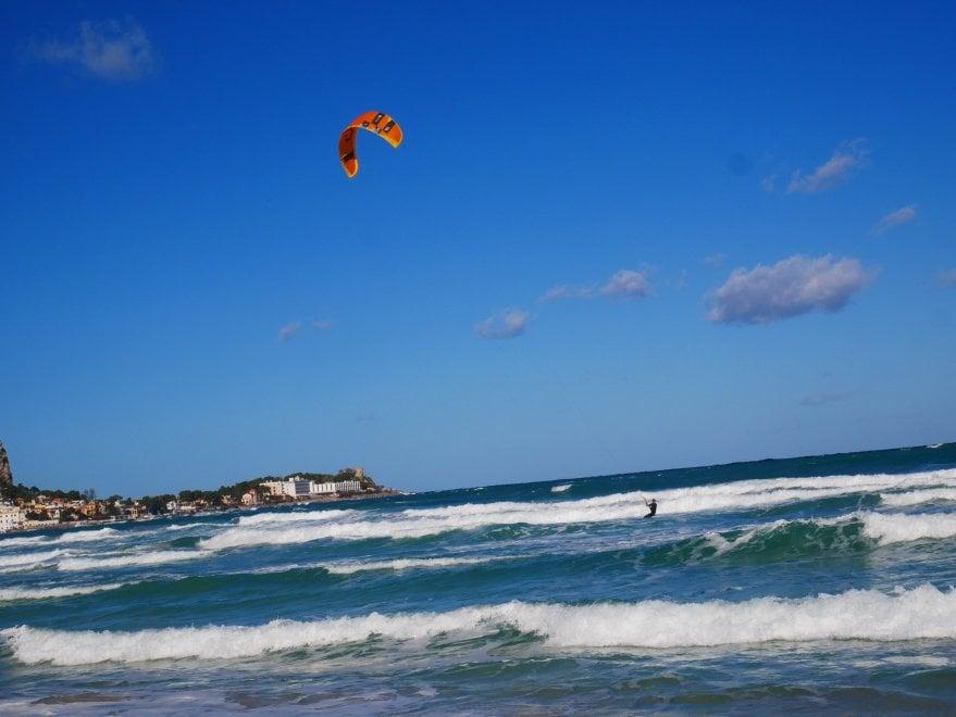 Mondello, con la tramontana il kitesurf è uno spasso