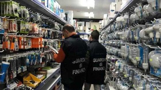 Palermo, due blitz della finanza in grandi magazzini gestiti da cinesi