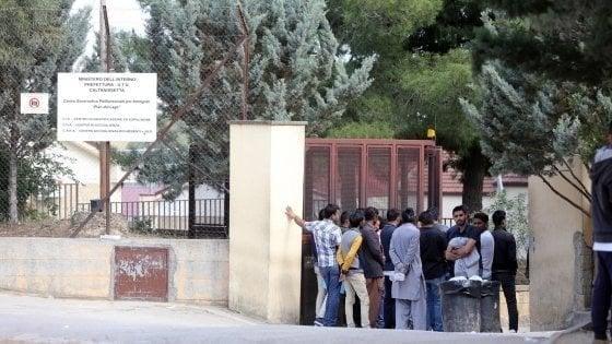 Caltanissetta, muore tunisino in centro per rimpatri: rivolta nella struttura