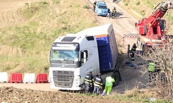 Autostrada Palermo - Catania, tir fuoristrada nella bretella a Resuttano: caos e code
