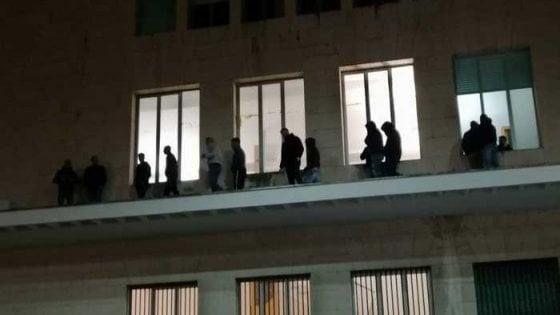 Gela, una notte sul cornicione del Comune: la protesta di 18 netturbini