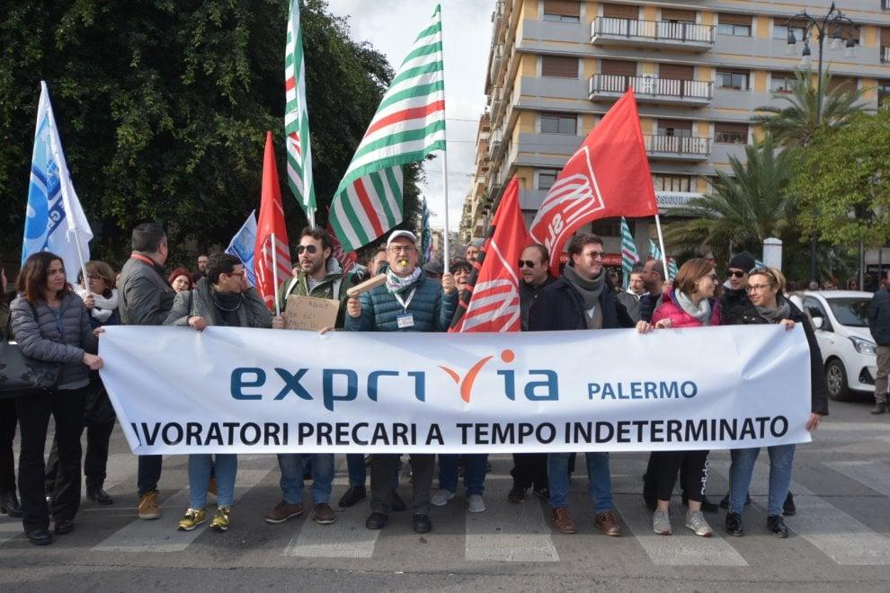 """Palermo, """"Precari a tempo indeterminato"""": il corteo dei lavoratori dei call center"""