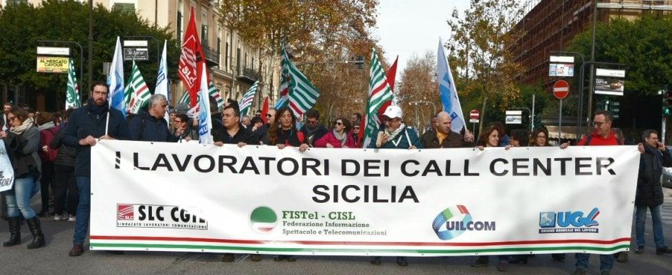 """I lavoratori dei call center in sciopero: """"Chiediamo regole certe, no alla guerra tra poveri"""""""