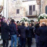 Femminicidi, corteo e folla ai funerali delle due donne uccise a Mussomeli