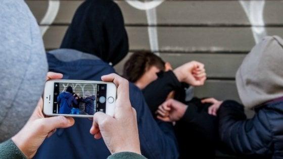 Catania, ragazzine picchiano compagne di scuola: il video sui social