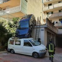 """Modica, il """"posteggio"""" catastrofico dell'automobilista: l'auto finisce sopra il furgone"""