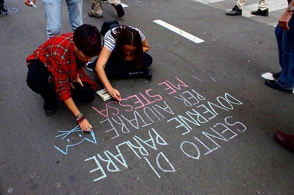 Palermo, le molestie per strada diventano scritte sull'asfalto
