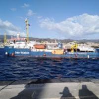 Messina, la nave con i migranti è al porto: non passa la linea Musumeci