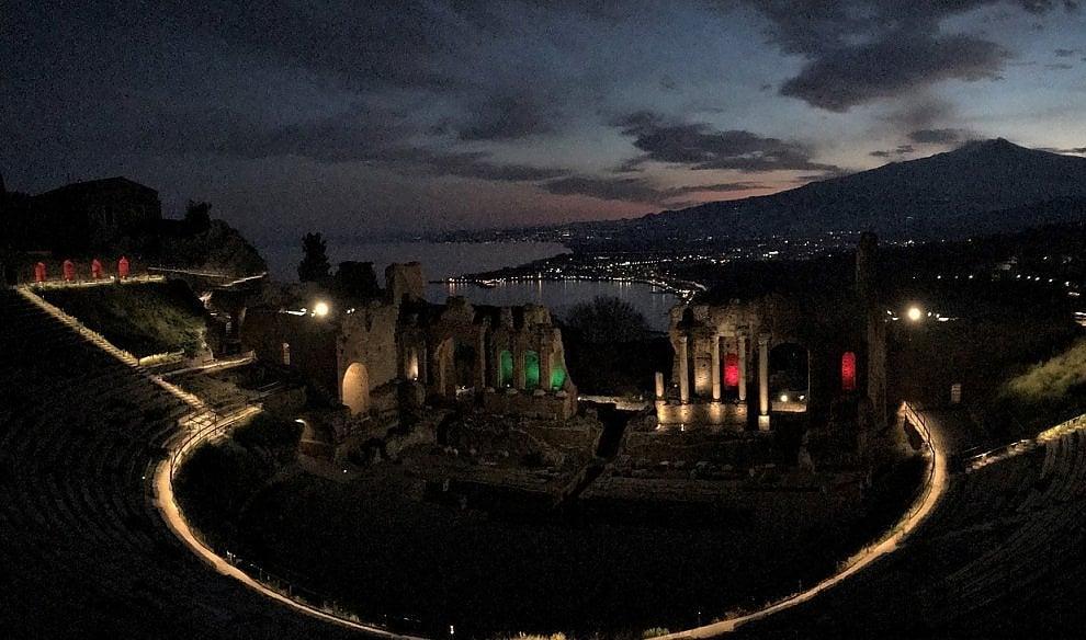 """Taormina, il Teatro antico si illumina di tricolore contro il virus: """"Coraggio Italia!"""""""