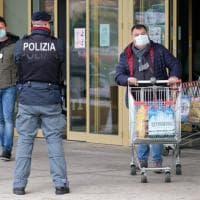 Coronavirus, a Palermo i reparti antisommossa davanti ai supermarket