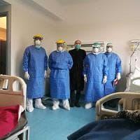 Coronovirus, la foto del paziente con i medici: