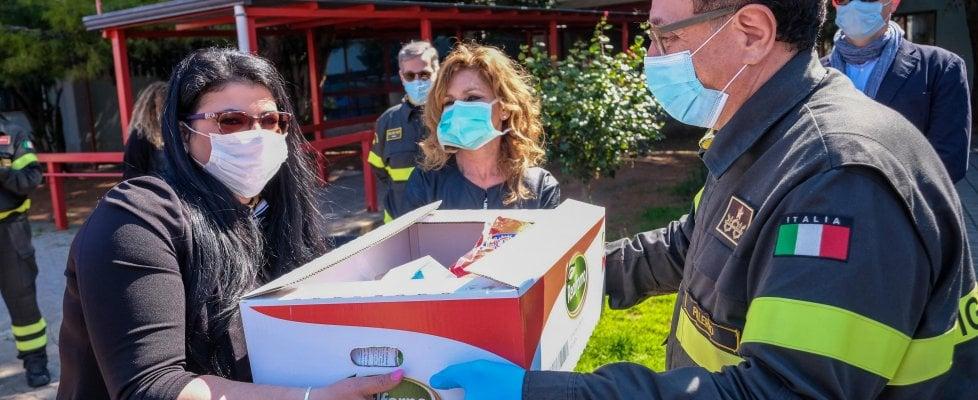 Brancaccio, i vigili del fuoco donano pacchi spesa alle famiglie bisognose