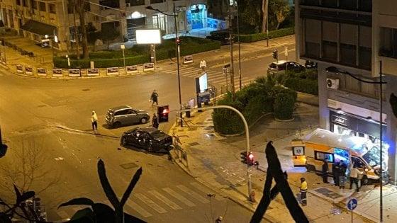 Palermo, scontro all'incrocio. Un'ambulanza che doveva prestare soccorso finisce dentro la vetrina di Subdued, 4 feriti