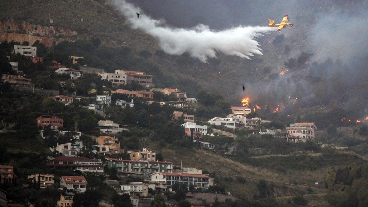 Palermo, incendi a Monte Cuccio e Villagrazia. La protezione civile: 'Roghi dolosi'