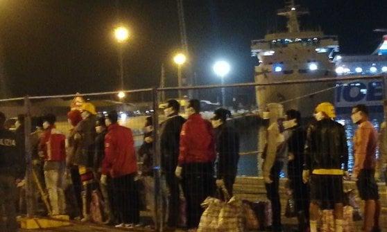 Lampedusa, un barcone con oltre 60 migranti approda nell'isola