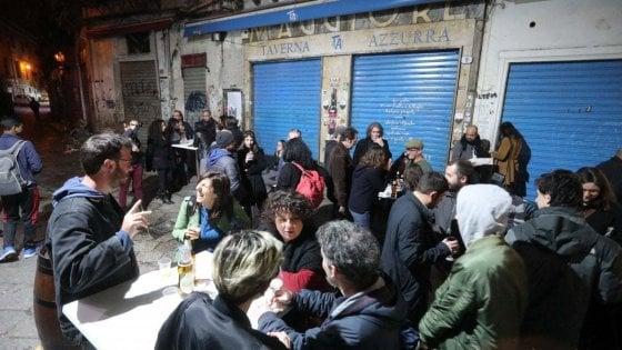 Palermo, assembramenti davanti al locale. Il titolare chiude Taverna Azzurra